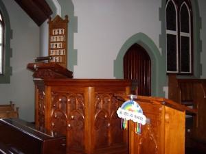 Binnenin de kerk: de kansel, en een lezenaar ernaast.